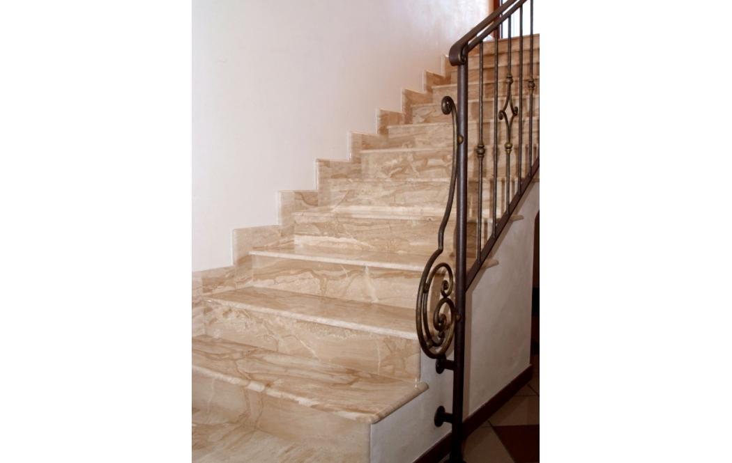 облицовка лестницы мрамором - Бежевый мрамор Diano Reale (Дайно Реале)